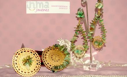 "Modelo "" Romero "". Conjunto montado con fornituras redondas en color oro, salpicado con chip de cuarzo en verde. Precio 38 euros."
